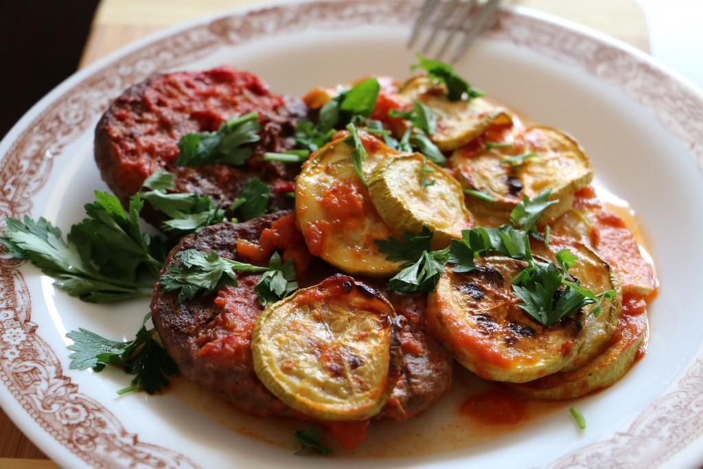Телешки кюфтета с доматен сос и тиквички